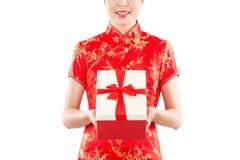 Mujer del regalo que da el presente chino del Año Nuevo Imagenes de archivo
