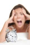 Mujer del reloj de alarma atrasada Fotografía de archivo