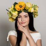 Mujer del resorte Mujer del verano de la belleza con la guirnalda colorida de las flores La señora hermosa con la floración flore fotos de archivo