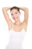 Mujer del retiro del pelo del epilation del axila que muestra los axilas Foto de archivo libre de regalías