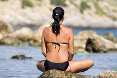 Mujer del retratamiento de vacaciones del océano que se relaja en la playa fotos de archivo
