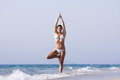 Mujer del retratamiento de vacaciones del océano que se relaja en la playa Imagen de archivo libre de regalías
