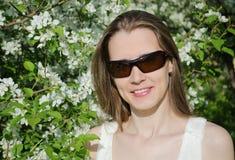 Mujer del retrato con las flores del manzano Fotos de archivo