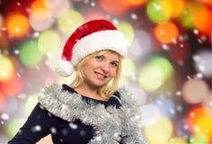 Mujer del retrato del día de fiesta de la Navidad en el sombrero de santa Imagenes de archivo