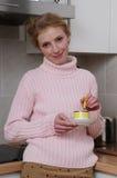 Mujer del retrato en cocina Fotografía de archivo libre de regalías