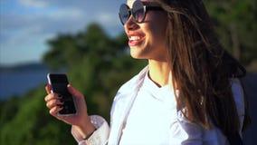Mujer del retrato en gafas de sol almacen de metraje de vídeo