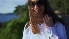 Mujer del retrato en gafas de sol almacen de video