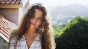 Mujer del retrato en luz del sol en balcón almacen de metraje de vídeo