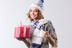 Mujer del retrato que celebra Navidad y Feliz Año Nuevo Fotografía de archivo libre de regalías