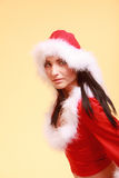Mujer del retrato que lleva el traje de Papá Noel en amarillo Fotografía de archivo
