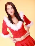 Mujer del retrato que lleva el traje de Papá Noel en amarillo Fotografía de archivo libre de regalías
