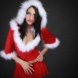 Mujer del retrato que lleva el traje de Papá Noel en negro Foto de archivo