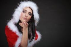 Mujer del retrato que lleva el traje de Papá Noel en negro Fotografía de archivo libre de regalías
