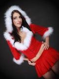 Mujer del retrato que lleva el traje de Papá Noel en negro Imagenes de archivo