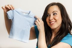 Mujer del retrato que sostiene una camisa Fotografía de archivo libre de regalías