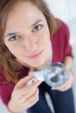 Mujer del retrato que toma la píldora y que mira la cámara Fotos de archivo