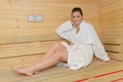 Mujer del retrato solamente en sauna fotos de archivo libres de regalías