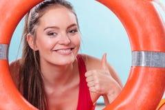 Mujer del salvavidas de servicio con salvavidas de la boya de anillo Foto de archivo libre de regalías