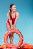 Mujer del salvavidas de servicio con salvavidas de la boya de anillo Imagen de archivo libre de regalías