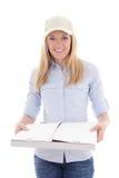 Mujer del servicio de entrega que sostiene la caja de la pizza aislada en blanco Imagen de archivo