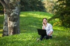 Mujer del smartphone del ordenador portátil Fotografía de archivo