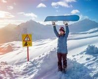 Mujer del Snowboarder en las montañas Elbrus Fotografía de archivo libre de regalías