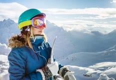 Mujer del Snowboarder en las montañas Elbrus Foto de archivo libre de regalías