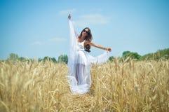 Mujer del soñador en el campo de trigo Imagen de archivo