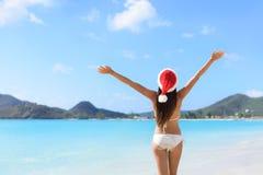 Mujer del sombrero de santa de la feliz Navidad el vacaciones de la playa imagen de archivo