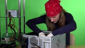 Mujer del técnico que instala memoria ram de al equipo de escritorio almacen de video