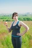 Mujer del tamaño extra grande de la aptitud con la manzana Foto de archivo libre de regalías
