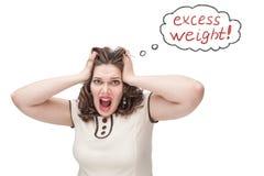 Mujer del tamaño extra grande que grita sobre exceso de peso fotos de archivo