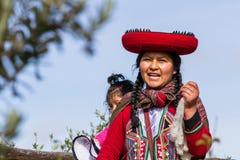 Mujer del tejedor en Chinchero Fotos de archivo libres de regalías