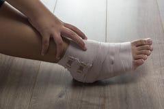 Mujer del tobillo con el vendaje elástico Fotos de archivo libres de regalías