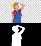 Mujer del trabajador de construcción del ingeniero que parece para arriba sorprendida, Alpha Channel imagenes de archivo