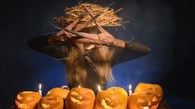 Mujer del traje de Halloween, muchacha del árbol con las calabazas almacen de metraje de vídeo