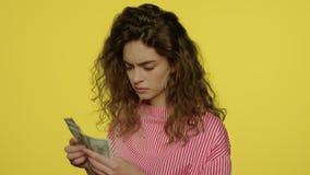 Mujer del trastorno que cuenta el dinero del efectivo Billetes de banco infelices del d?lar de la cuenta de la mujer almacen de metraje de vídeo