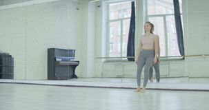 Mujer del trastorno que se inclina en el espejo grande en estudio de la danza almacen de metraje de vídeo