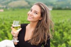 Mujer del turista de la degustación de vinos imagen de archivo