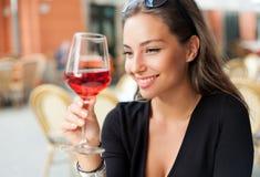 Mujer del turista de la degustación de vinos fotos de archivo