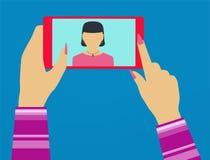 Mujer del uno mismo tirada en el teléfono Fotografía de archivo libre de regalías