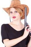 Mujer del vaquero que sostiene un arma grande imagen de archivo libre de regalías
