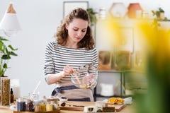 Mujer del vegano que mezcla los ingredientes naturales fotos de archivo