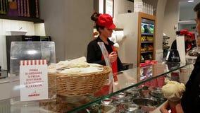 Mujer del vendedor del helado almacen de video