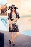 Mujer del verano con las gafas de sol por la piscina Fotografía de archivo