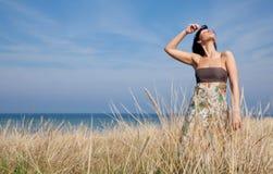 Mujer del verano del campo Foto de archivo libre de regalías