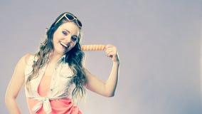 Mujer del verano que come la crema del estallido del hielo del polo Imagen de archivo libre de regalías