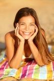 Mujer del verano que toma el sol disfrutando de la sonrisa del sol Imagen de archivo