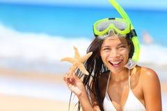 Mujer del viaje de la playa con el tubo respirador el vacaciones Imagenes de archivo