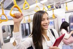 Mujer del viajero del subterráneo en el transporte público de Tokio Imagen de archivo libre de regalías